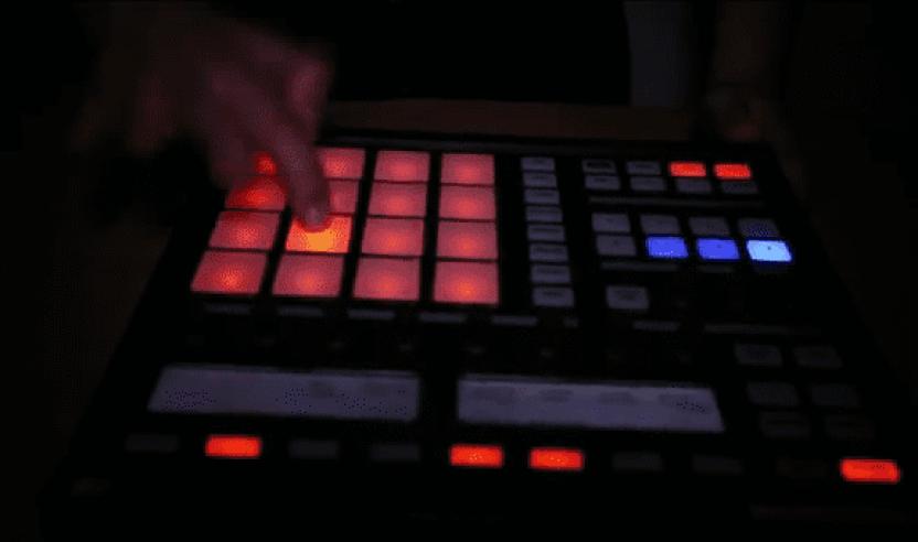 Video: DJ PRO-ZEIKO rockt eine Routine auf NI's Maschine