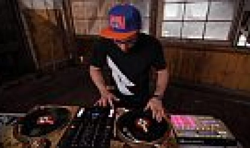 Video: Traktor Kontrol Z2 & Maschine Performance mit DJ ShifteeVideo: Traktor Kontrol Z2 & Maschine performance with DJ Shiftee