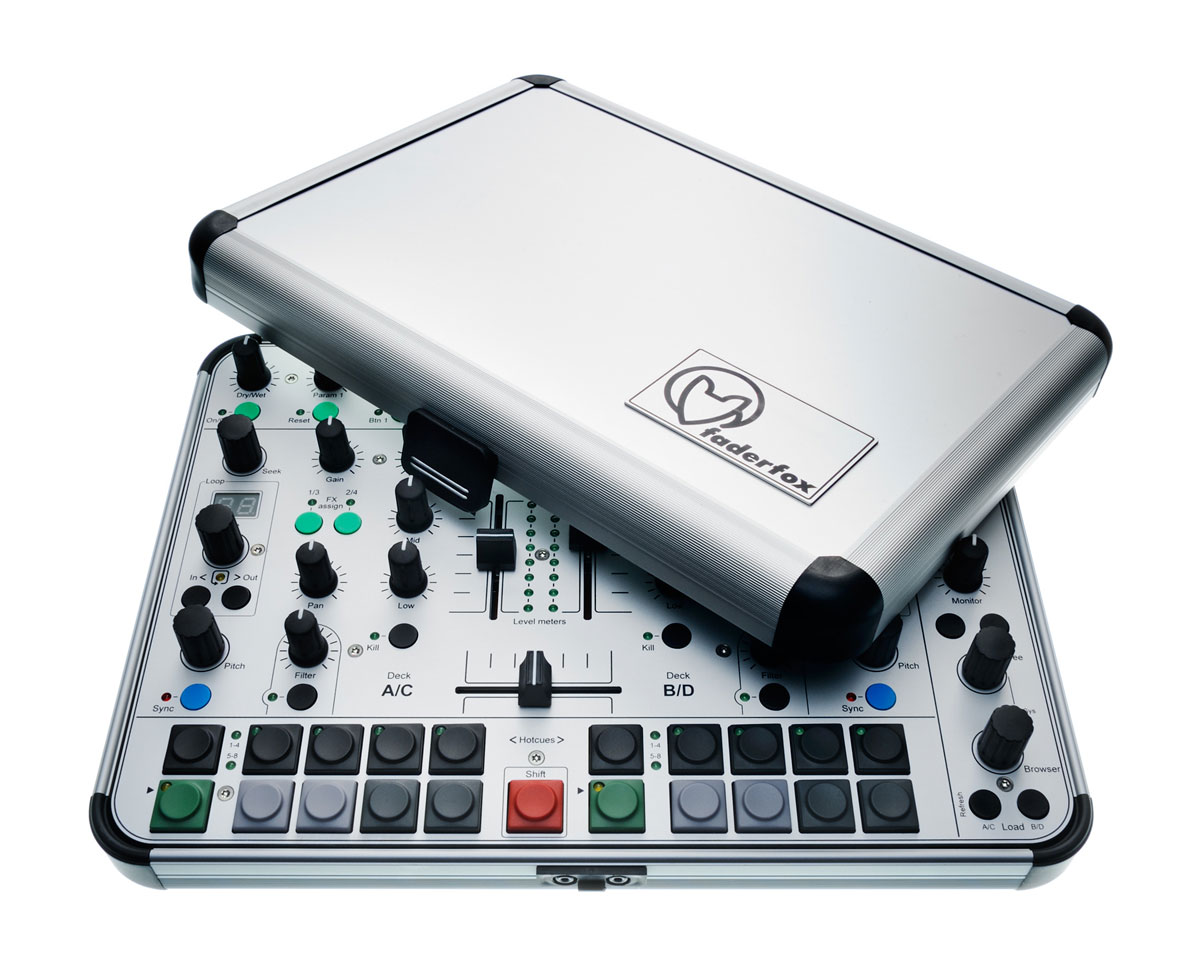 Faderfox DJ44 - Ein DJ-Controller samt CaseFaderfox DJ44 - DJ-Controller in a metal case