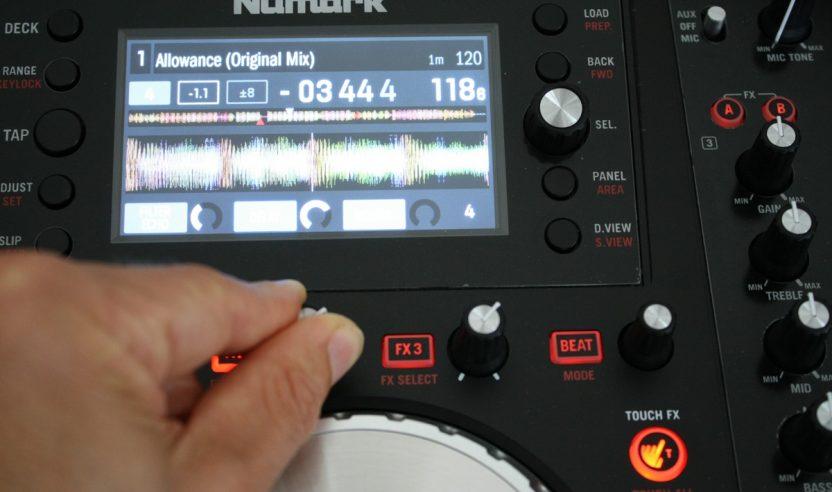 Test: Numark NV - 4-Deck Controller mit integrierten Displays