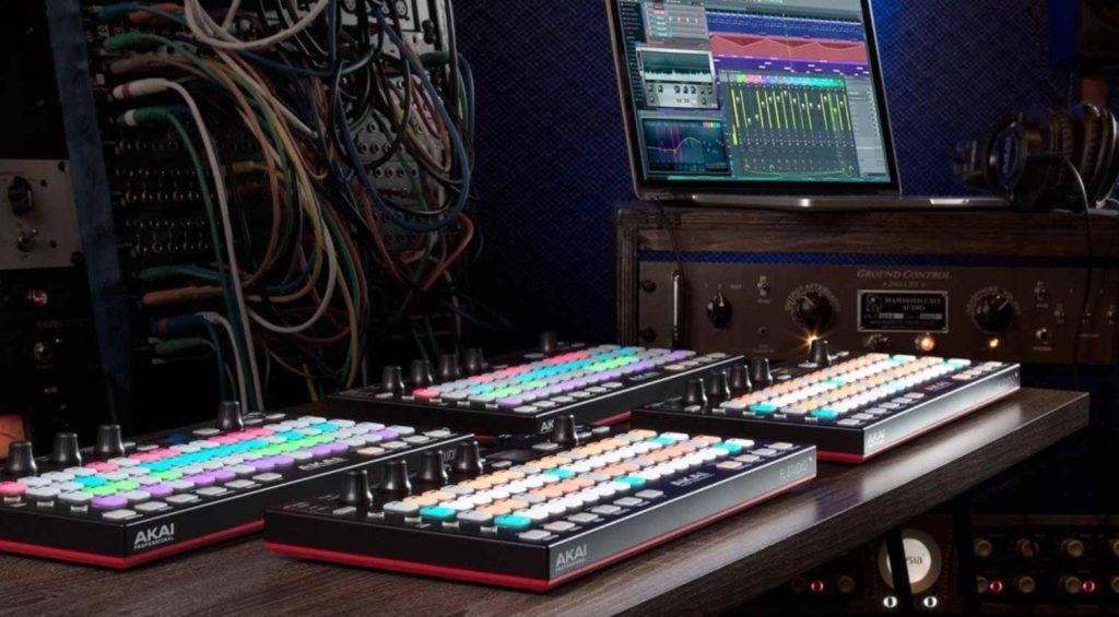 Vier Akai Fire FL Studio DAW Controller im Live-Einsatz.