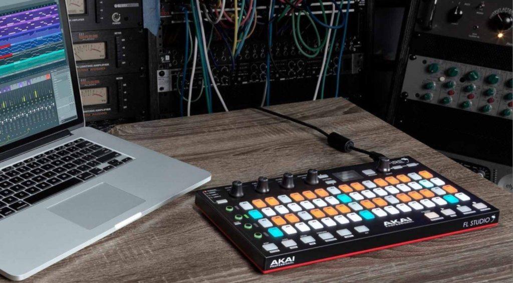 Akai Fire FL Studio DAW Controller im Einsatz mit einem MacBook.