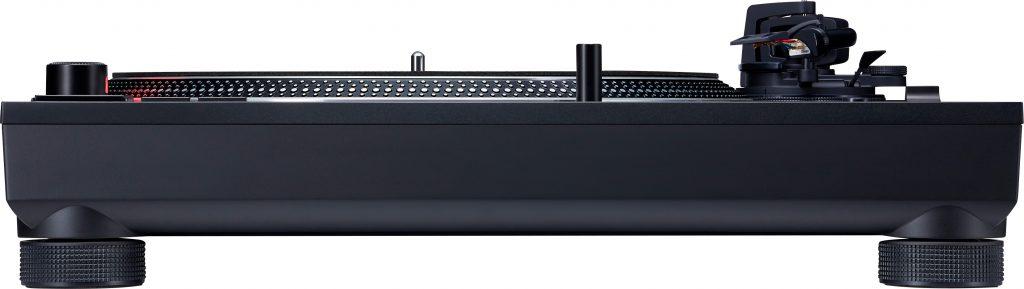 Der Technics SL-1210MK7 von der Seite.