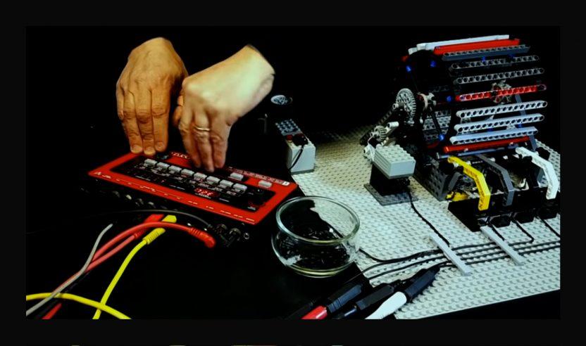 Inspiriert von Da Vinci: Tamburo Meccanico XXI ist ein Drum-Sequenzer aus LEGO