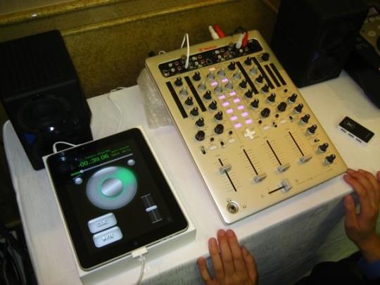 Mixer mit MIDI-Tasten und obenliegender DVS-Schleife (Prototyp, der nie realisiert wurde)