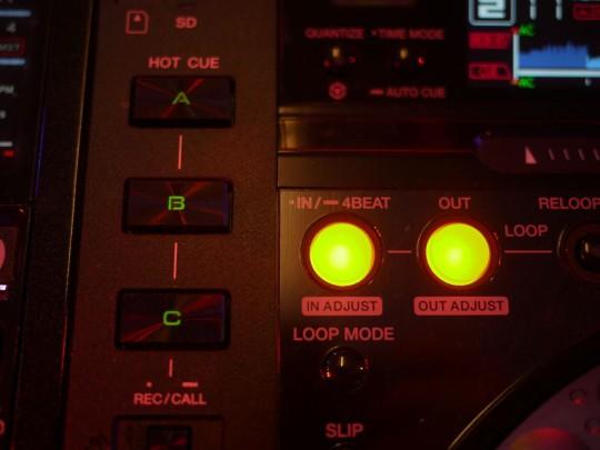 Der Zugriff auf die Hotcue-Punkte erfolgt mit speziellen Tasten auf der Hardware.